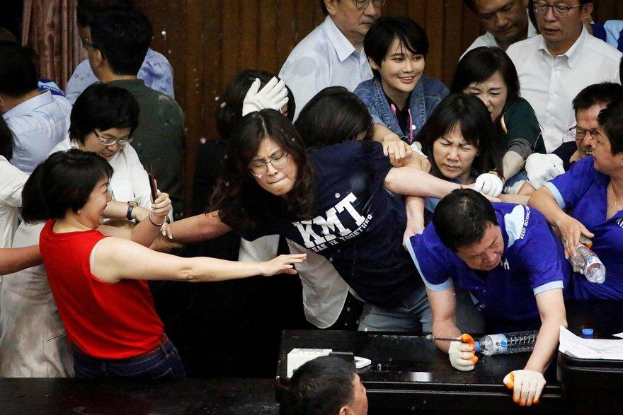 Çin yanlısı muhalefet Tayvan meclisini işgal etti