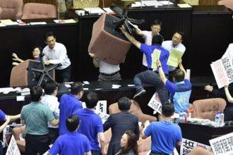 Tayvan meclisinde koltuklar havada uçuştu!