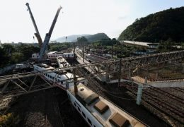 Tayvan'da yolcu treni raydan çıktı: 18 ölü